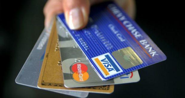 फ्री नहीं होता है डेबिट कार्ड, जान लीजिए कौन सा बैंक इस पर वसूलता है कितना पैसा