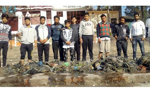 गंगा तटों की सफाई कर स्वच्छता का संदेश दिया